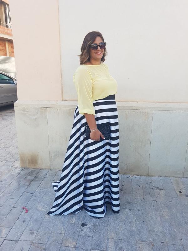 Clienta de Fatima Angulo vestida con el traje Arrayanes amarillo