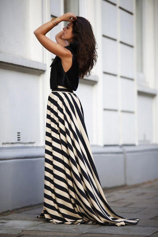 Foto de la influencer Silvia Navarro con un traje de negro de Fatima Angulo