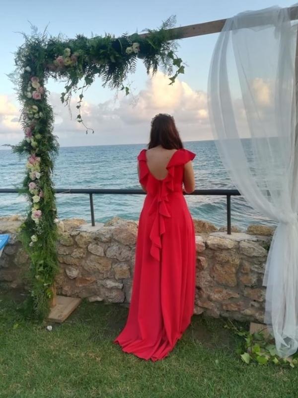 clienta con el vestido orquidea rojo