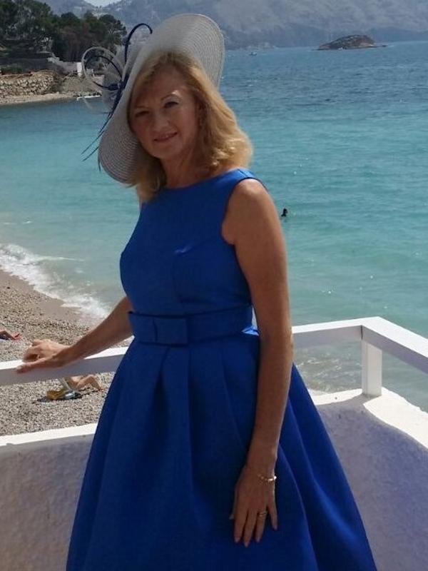 Invitada vestida con el vestido zacatin azul diseñado por FAtima Angulo