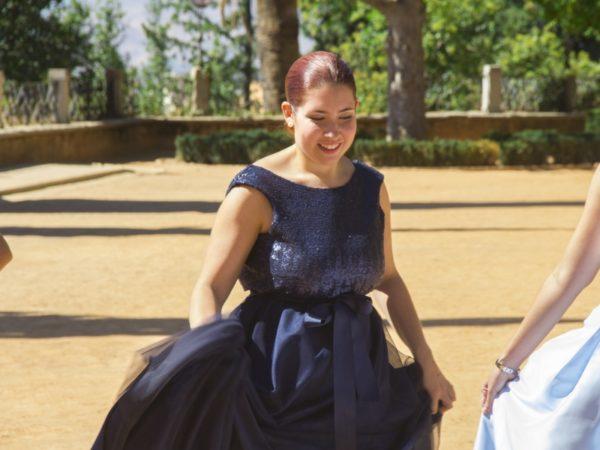 Invitada con vestido largo de fiesta oscuro diseñado por Fatima Angulo