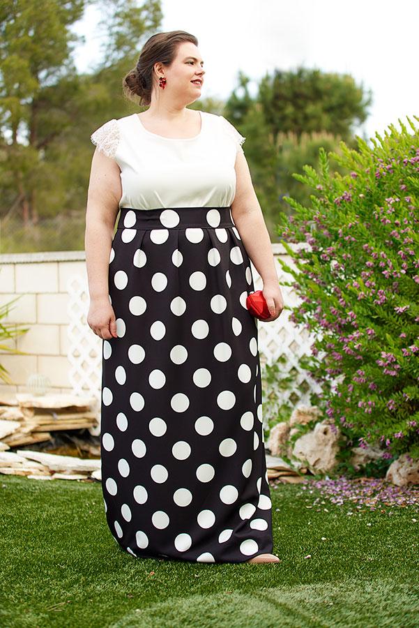 Falda larga negra con lunares blancos de talla grande.